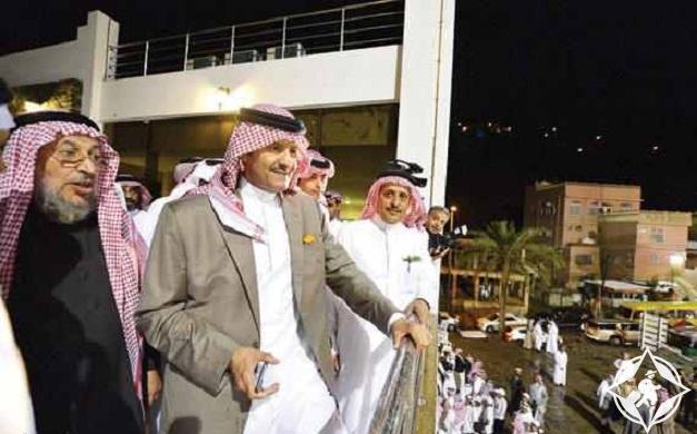 الأمير سلطان بن سلمان يقف في إحدى شرفات فندق «المائة عام»