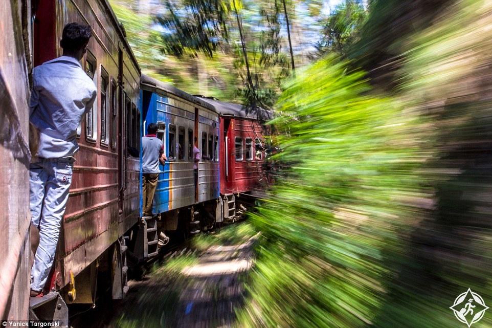 الرجال المتعلقين بقطار في الريف السيرلانكي