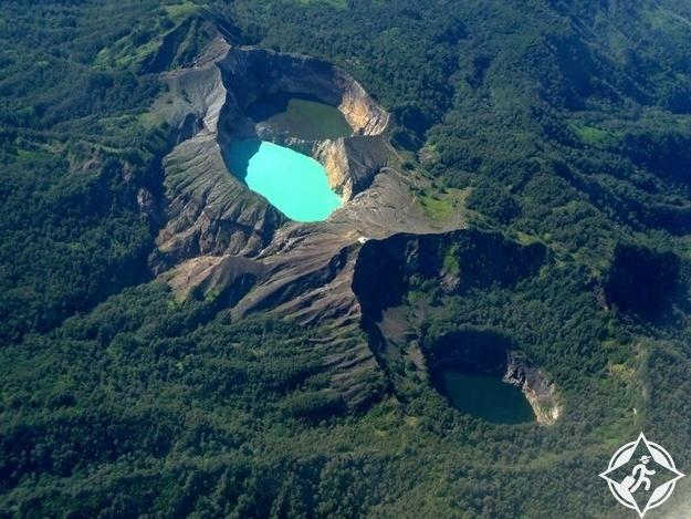بركان كليموتو في جزيرة فلوريس من أجمل جزر إندونيسيا