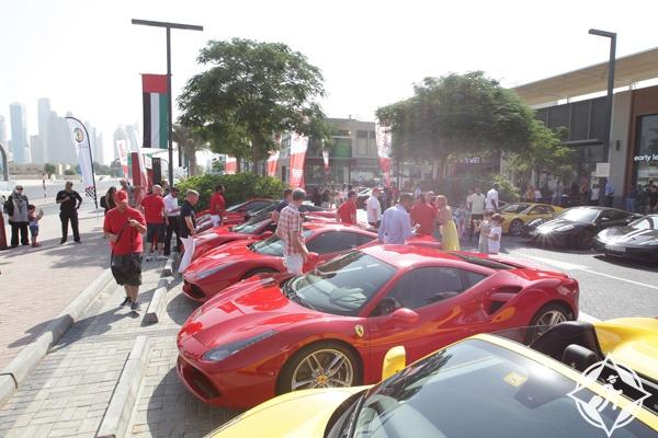 أكبر تجمع لسيارات فيراري في دبي