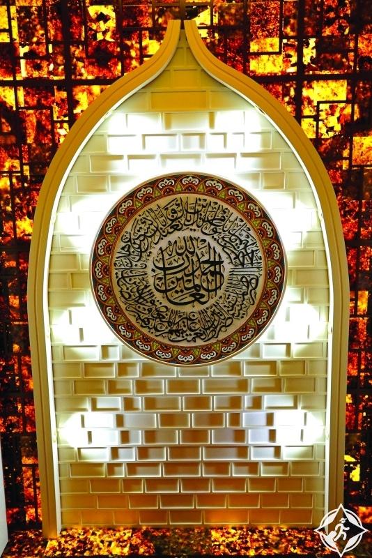 دبي تحتضن أول مسجد متنقل مصمم من العنبر