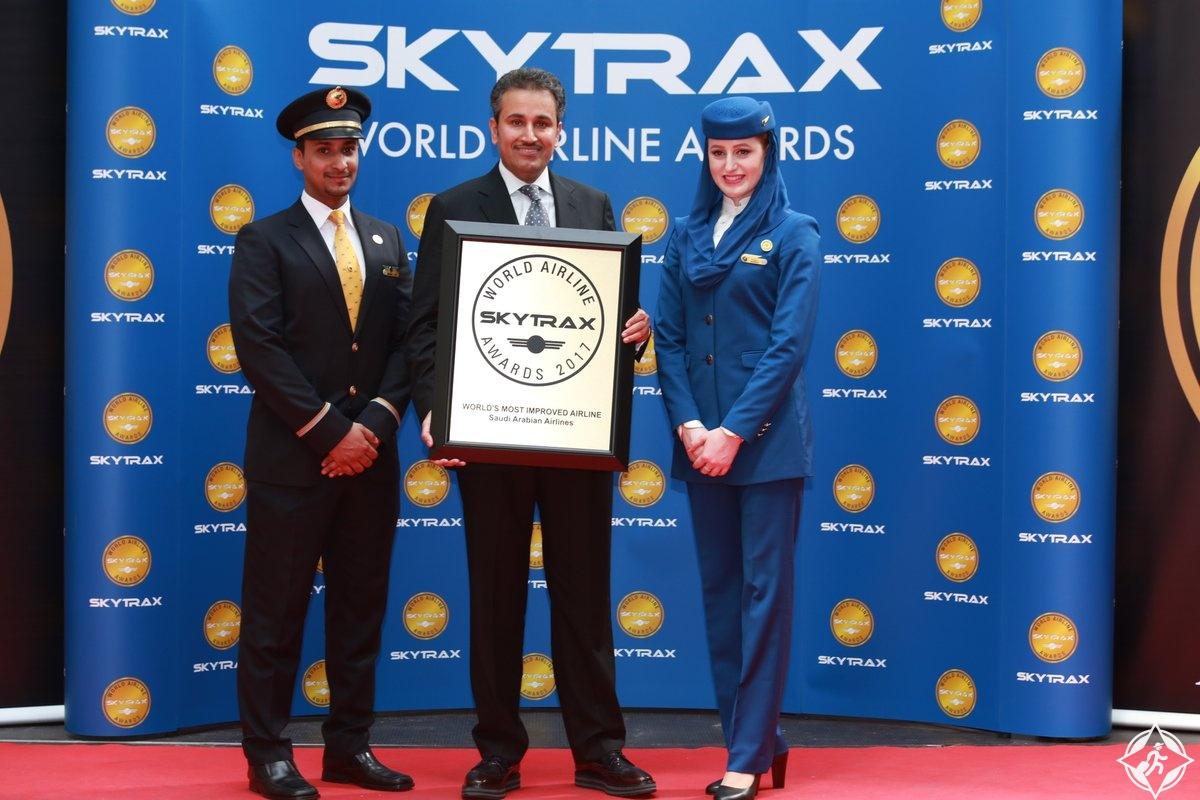 مدير عام الخطوط السعودية المهندس صالح الجاسر يتسلم جائزة أكثر شركات الطيران تحسناً في العالم لعام 2017 من سكاي تراكس في معرض باريس للطيران