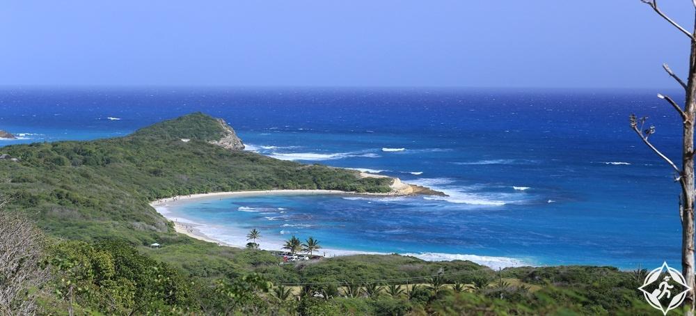 السياحة في أنتيغوا وبربودا - خليج نصف القمر