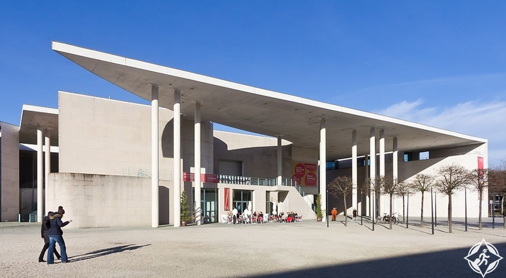 أهم المعالم السياحية في بون بون-متحف-بون-للفن-الحديث.jpg