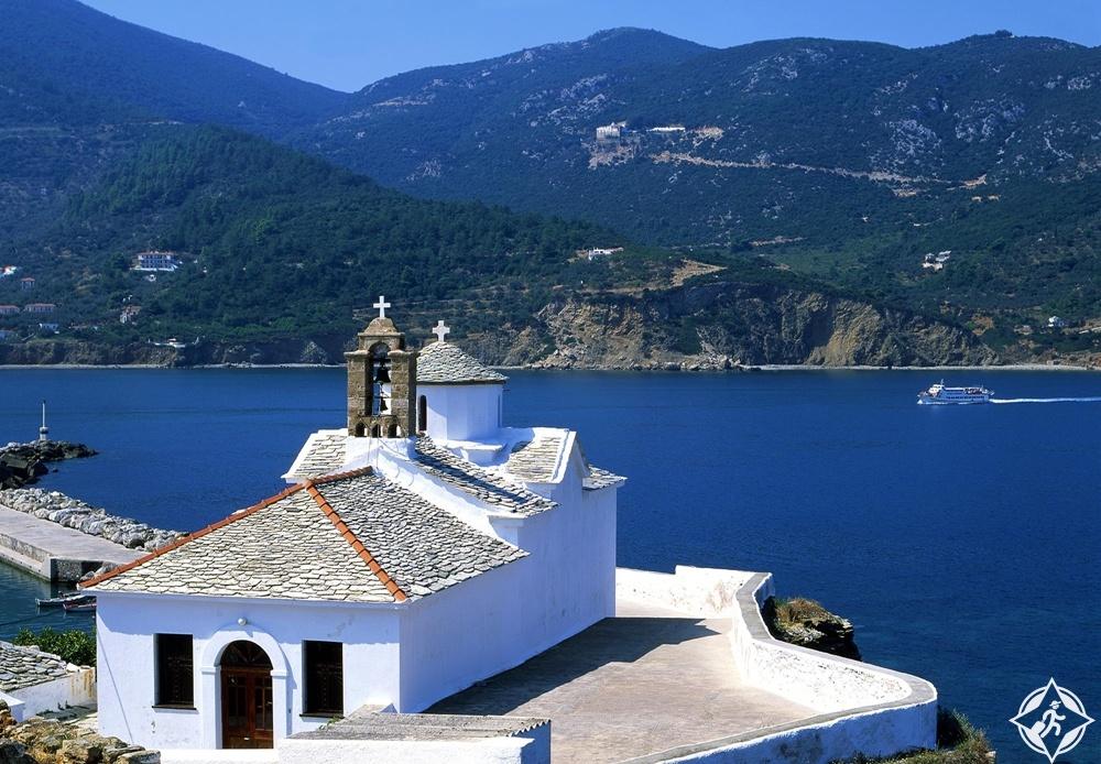 جزيرة سكوبيلوس - الكنائس والأديرة